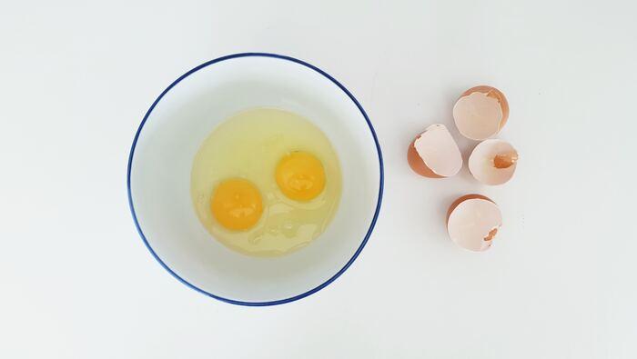 乾燥、枝毛、ゴワつきがかなりハードな状態のダメージヘアには、卵のヘアパックがおすすめです。卵には良質なアミノ酸とタンパク質がたっぷり入っており、日本や海外でも昔から卵を髪に塗る美容法が存在したと言います。髪をお湯でゆすいだら、卵の黄味とオリーブオイル、ハチミツを混ぜたものを毛先中心に塗ります。周りが汚れないようにラップで髪を包み、20分浸透させてからシャンプーしてください。熱いお湯を使うと卵が固まってしまうので、必ずぬるま湯ですすいでくださいね。元々オイリーヘアーだという人は白身だけ使うといいそうです。  【卵のヘアパック】 卵の黄味 1個分 ヨーグルト 大さじ2 お好みでアロマオイル  数滴