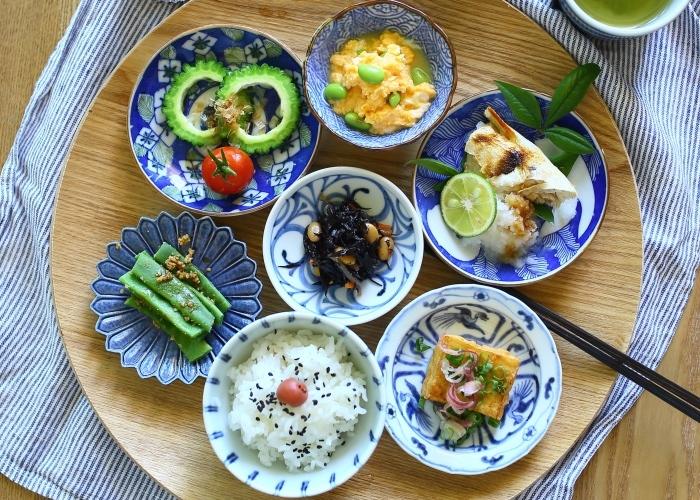 複数の豆皿を使う時に、同系色でまとめると季節感やテーマを演出できます。例えば、全体をブルーでまとめると夏らしい印象に。こんな時は、旬のお野菜を積極的に使いたいですね。