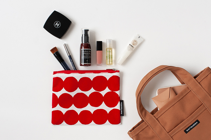 マチがないのでバッグの中でもスッキリとしまえます。リップやパウダーなど、お化粧直しのアイテムぐらいは余裕で入りそう。