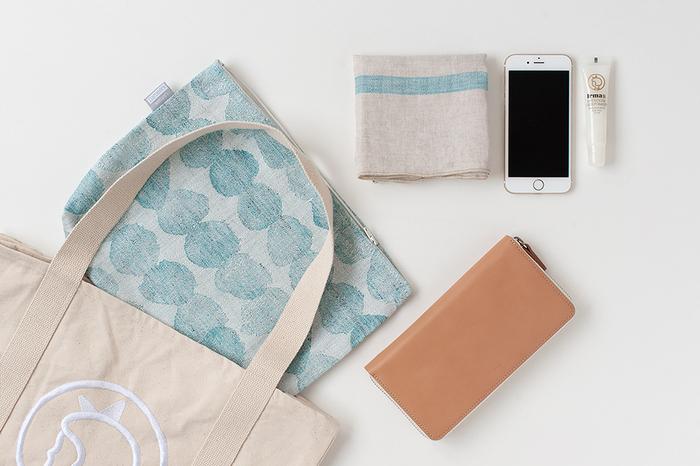 大きいサイズはスマホや手帳、お財布を入れるのに便利そう。そのままバッグに入れたくないものやキズを付けたくないものを入れても。