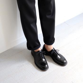 見えないソックスを忍ばせて、潔くくるぶしを見せてクールに履きこなすスタイルもまた素敵です。