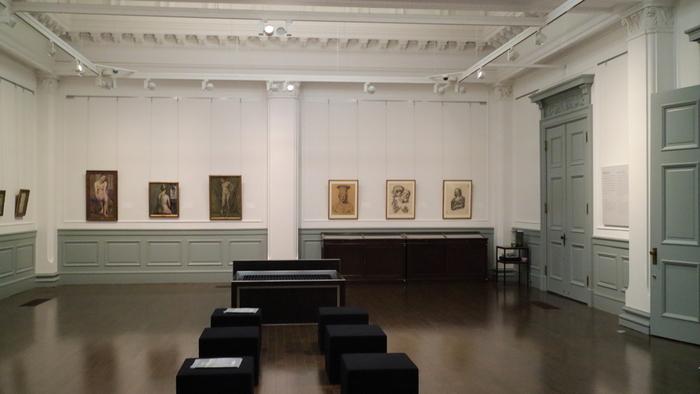 明治期の雰囲気を良く残した建物内には、美術書や教科書に掲載されている黒田清輝の代表作のずらりと展示されています。器である建物も内容も充実し、訪れる価値のある記念館です。  【「黒田記念館」の展示室内部。作品の他、アトリエも再現されている。展示室天井の漆喰装飾も見所。】