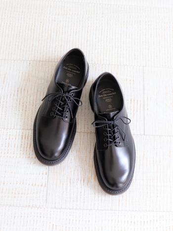 上質素材で作られた日本のブランド「foot the coacher(フットザコーチャー)」。カッチリとした中に温かみも感じさせてくれる少し幅広なフォルムはどこか愛くるしさもありますね。