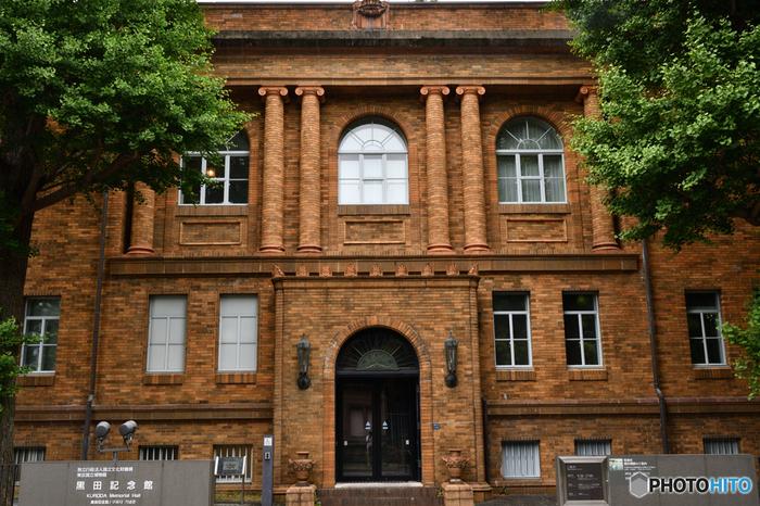 """「黒田記念館」も、「国際子ども図書館」同様に、無料で入館、見学、鑑賞できる施設です。日本の洋画発展に大きく貢献した""""近代洋画の父""""黒田清輝の作品を主に展示しています。  【「黒田記念館」は、黒田清輝が残した遺言をもとに、遺産の一部により建てられた(昭和3/1928年竣工)記念館。設置された「美術研究所(現・東京文化財研究所)」により、昭和から平成にかけて、当館で美術に関する学術調査研究や資料収集が行われてきた。  平成12(2000)に研究所の業務が新庁舎へ移動したことに伴い、、当記念館が建築史上貴重なものであることから、改修工事が進められ、平成13年に「黒田記念館」として新たに開館し、翌年に国の登録有形文化財に指定された。 (画像は、イオニア式オーダーの列柱がデザインされた「黒田記念館」正面外観。)】"""