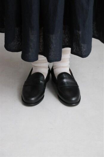 白いソックスを合わせれば優等生風に。スカートパンツ何にでも合わせやすい素敵な一足です。