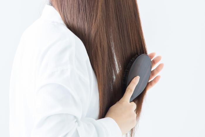 ヘアパックを始める前に、まずは髪を良くブラッシングして髪の絡まりや汚れを浮かしておきましょう。また、髪が長い人はパックがたれてくることもありますので、サランラップやタオルを用意しておき、パックの間は髪をくるむとやりやすくなりますよ。