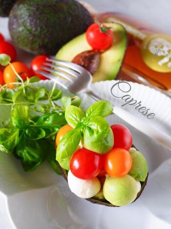 モッツァレラチーズやプチトマト、アボカドをぬか漬けに。動物性と植物性の発酵食品のパワーで、栄養もうまみもより増したカプレーゼです。アボカドの皮を器にして、おしゃれに。ホワイトバルサミコなどかけるとおいしいとか。