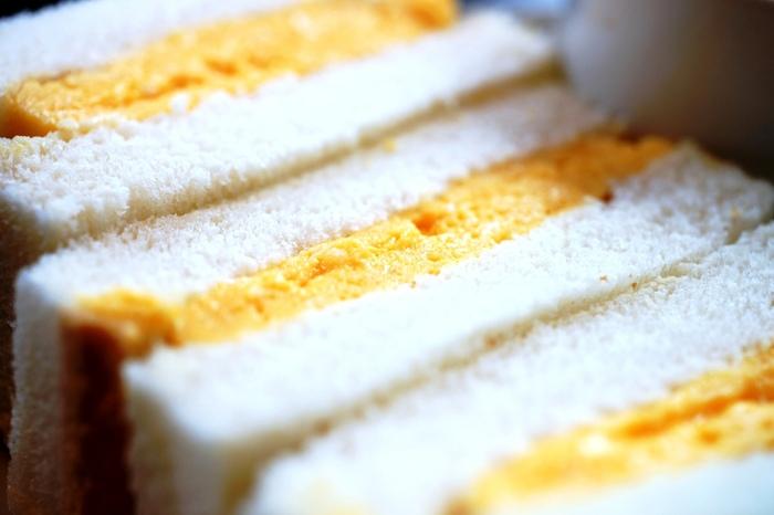 名物は、云わずと知れた、カヤバ珈琲名物の『たまごサンド』。しっとりとして、フワフワとした柔らかな食味のパンと、厚焼き玉子の組み合わせが絶妙。玉子の甘みとマスタードの辛味が、良いアクセントになっています。