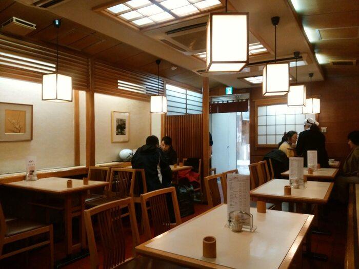 戦後まもない昭和23(1948)年に開業した「みはし」は、上野を代表する老舗甘味処です。現在では、上野本店、アトレ上野店、パルコヤ上野店、上野松坂屋店(売店)と、上野だけでも4店舗もあり、東京駅や池袋等他地域でも販売されている程に、評価の高い甘味店です。【古き良き下町の甘味処といった風情の「みはし上野本店」店内。】