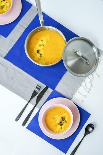 スープは、猫背にならないよう気を付けながら、音を立てないようにいただきます。残りが少なくなったら、お皿の手前をもって少し傾けて飲みましょう。