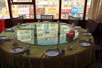 中華料理に特徴的な円卓は、時計まわりに回し、料理は主賓が食べるのを待つのがマナーです。また、お皿を持つのは和食と違ってNGなので注意しましょう。