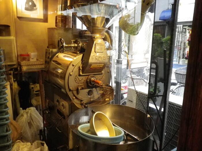 店の人気を支えるのは、自家焙煎の美味しい珈琲。 エスプレッソやフレンチブレンド、キリマンジャロやモカ、マンデリンといったストレート珈琲もあり、種類は豊富。取り立てて好みがないのなら、店主オリジナルの『ラパンブレンド』がお勧め。程よい酸味とコクのある味わいが特徴的で、香りも豊か。【画像は、店内の焙煎機。】