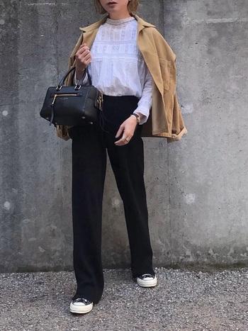 気軽に羽織れるジャケットやトレンチコートも、秋の時期におすすめのアイテムです。ブラウス×パンツのシンプルなコーディネートも、コーデュロイ素材のシャツジャケットをプラスするだけで、一気に秋らしい雰囲気に。