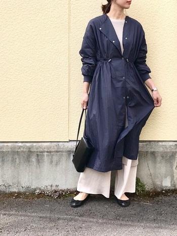 ベージュのワンピース×パンツに、ネイビーのライトコートを組み合わせた上品な大人カジュアル。とろみのある素材感で仕上げたシアーコートが、春夏らしく軽やかな印象です。