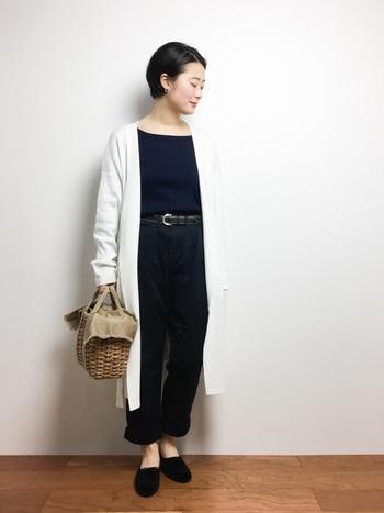 無地のアイテムでも白×ネイビーの配色にするだけで、一気に春夏らしい雰囲気になります。女性らしさをさらりと感じさせる、上品な着こなしがとっても素敵ですね。かごバッグなどの小物を上手に取り入れることで、より季節感のあるおしゃれなコーディネートが楽しめます。