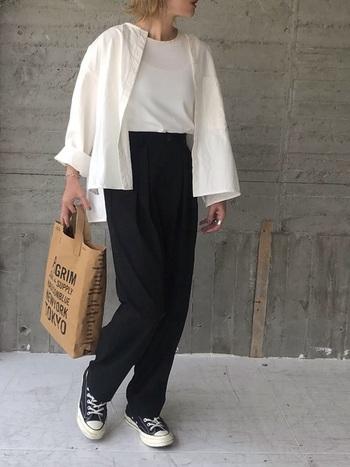 白シャツを旬のテーパードパンツと合わせることで今年らしい印象に。白×黒のモノトーンの配色が、シックな雰囲気で素敵ですね。きちんとした印象のテーパードパンツもスニーカーでカジュアルダウンすれば、夏らしいリラックス感を演出できます。