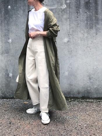 夏から秋に移行する季節の変わり目には、白を基調とした爽やかな秋コーデもおすすめです。Tシャツ×ホワイトデニムのシンプルなコーディネートも、ミリタリーテイストのライトアウターを羽織るだけで、こなれ感のある大人っぽい着こなしに。
