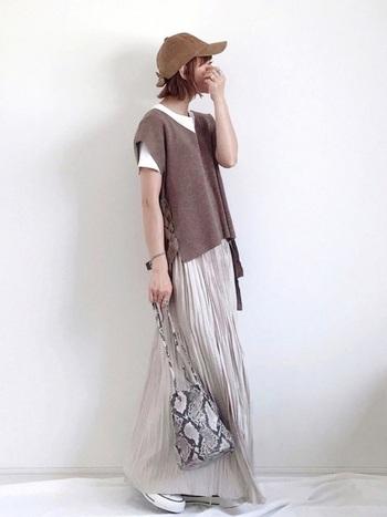 Tシャツ×ニットベストのカジュアルな組み合わせも、マキシ丈のプリーツスカートと合わせることで上品な印象に。パイソン柄などのトレンド柄を1アイテムプラスすることで、より鮮度の高いおしゃれなコーディネートが楽しめますよ。