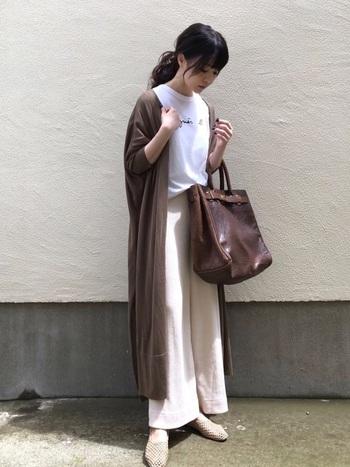 こちらのコーディネートは、ホワイト×ブラウンの上品な色使いがおしゃれな雰囲気です。白を基調とした爽やかな配色も秋色アイテムをポイントにするだけで、季節感あふれるシックなコーディネートになりますよ。