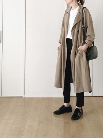 朝晩と日中の寒暖差が大きい季節の変わり目には、軽く羽織れる薄手のトレンチコートも活躍します。ゆったりしたシルエットと、とろみのある素材感が女性らしい印象です。黒・ベージュ・白のシンプルでベーシックな配色も、おしゃれな雰囲気で素敵ですね。