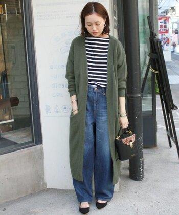 パンツにもスカートにも合わせやすいロングカーディガンも、様々なアレンジが楽しめる便利なアイテムです。ボーダーT×デニムの定番スタイルに、ロングカーディガンをさらりと羽織って上品な雰囲気に。カーキ色のアイテムを投入するだけで、一気に秋らしい印象になります。