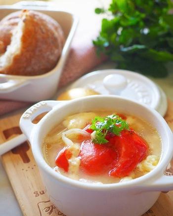真っ赤な色で目が覚めそうなトマトのグラタンスープ。トマトは加熱することで甘みも栄養もアップするので、スープにぴったりの食材です。火を使わずに電子レンジとオーブントースターだけで作れるのも嬉しいですね。