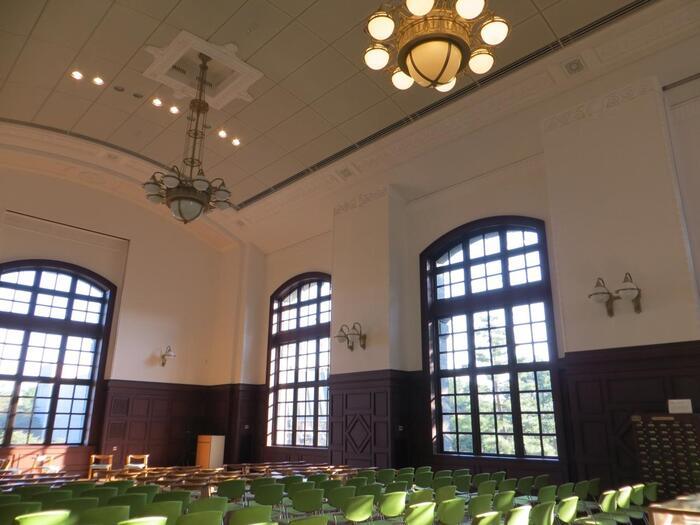 """当エリアに特徴的なのは、""""無料""""で利用、鑑賞できる秀逸な文化施設や名所、""""安価""""な利用料や入館料で楽しめる、魅力的なスポットが多いことです。【広々とした空間の「国際子ども図書館」内ホール。)】"""