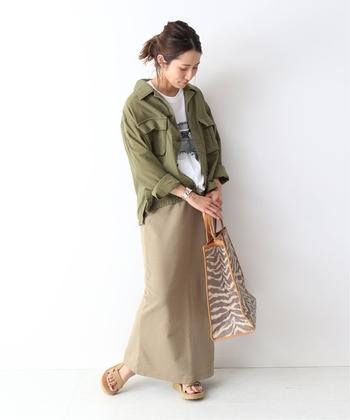 秋はちょっと辛口なカーキ色のアイテムも大人気です。メンズライクなワークジャケットは、パンツスタイルにもスカートコーデにも合わせやすく、幅広い着こなしに活躍してくれます。