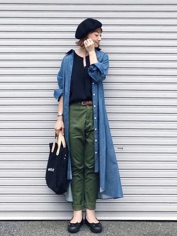 """ブラウンやカーキなどの""""秋色アイテム""""と相性の良い、ブルーのシャツワンピースをポイントにしたコーディネートもおすすめです。全体を落ち着いたカラーで統一することで、大人っぽく洗練された着こなしに。ベレー帽やバレエシューズなど、フレンチシックな小物使いもおしゃれに着こなすポイント。"""