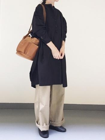 上品な雰囲気漂うシャツワンピース×チノパンツの組み合わせ。黒とベージュのシックな配色も、大人っぽい雰囲気で素敵ですね。バッグやシューズなど合わせる小物次第で、様々な着こなし方が楽しめそうです。