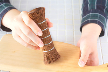 和歌山県の職人の手によりひとつひとつ手仕事でつくられた、シュロの棒たわしは、鉄のフライパン、鍋、木のまな板やすり鉢などを洗うのに重宝する優れもの。 ヤシ科の植物シュロは、植物性の油分を含み柔軟性があり、肌当たりは柔らかなのに汚れはしっかりと落としてくれます。
