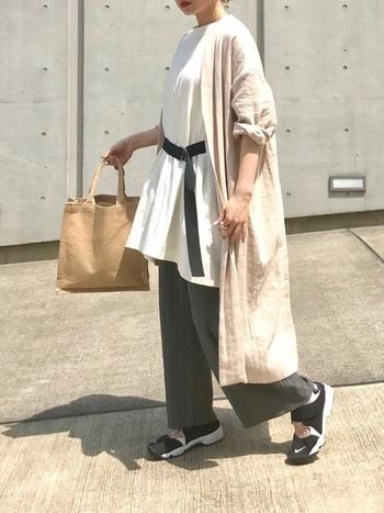 初夏のコーディネートには、軽やかなリネン素材のアイテムもおすすめです。こちらはビッグTシャツ×ワイドパンツに、ゆったりしたシルエットのリネンガウンを組み合わせたおしゃれな夏コーデ。ベージュやグレーなどのニュアンスカラーをポイントにした、ナチュラルで上品な着こなしが印象的です。