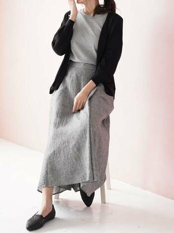 こちらはリネン素材のスカート×カーディガンのシックな大人カジュアル。グレーと黒のシンプルな配色が、都会的で洗練され雰囲気です。見た目も涼しげなリネン素材のお洋服なら、着るだけで季節感と清涼感を演出できますよ◎。