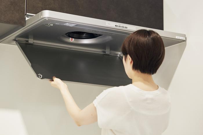 キッチン掃除の中でも一番面倒に感じてしまう、レンジフード。油がギトギトこびり付いた裏側を掃除するのは気が引けるもの。それに部品を外したり、付け直したりと複雑でついつい後回しにしていたのですが、このレンジフードは、整流板を簡単に取り外すことができて、裏も表もサッとふき取るだけでOK。整流板を含めパーツは3つで、工具を使わずワンタッチで着脱可能。シンプルなつくりだから掃除も短時間で終わり、常にきれいな状態が保てそうです。掃除のストレスが軽減されれば、毎日を気持ち良く過ごせるはず。