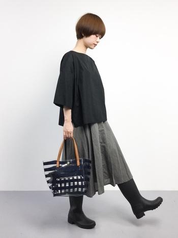 こちらはフェミニンなフレアスカートに、レインブーツを合わせた上品な大人カジュアル。雨の日はバッグ選びも難しいですが、ナイロン素材でできたクリアバッグなら梅雨の時期も快適に過ごせますよ◎。