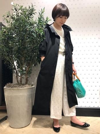シンプルなデザインのレインコートも、梅雨の時期に一枚あると便利ですよ。上品なレインバレエシューズと組み合わせれば、女性らしい雰囲気の梅雨コーデに。バッグを差し色にすることで、コーディネート全体が明るく華やかな印象になります。