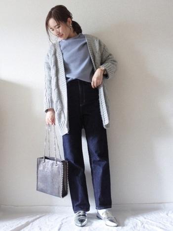 ブルー系くすみカラーのトップスに濃紺デニム、グレーのカーディガンでニュアンスを加えたコーデ。シルバーの靴で少しひねりを効かせた大人な着こなしです。