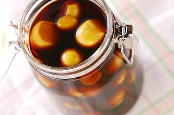 梅仕事というと、梅酒、梅シロップ、梅干しが代表的ですが、醤油漬けにすることで万能調味料になるんです。  梅の処理をしたら、あとは醤油に浸けるだけ。 冷暗所で1ヶ月以上置くことで梅エキスがしみ出て美味しくなっていくそう。