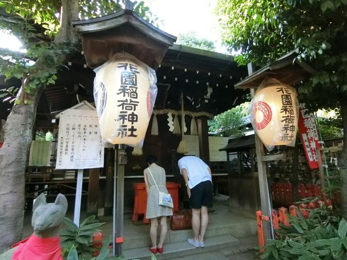 【園内に在する「花園稲荷神社」は、「五條天神社(ごじょうてんじんじゃ)」に併設の社だが、五條天神社が移転してくる以前より当地にあったとされる。明治6年に周辺が寛永寺の花畑だったため「花園稲荷神社」と改名された。現在は、恋愛、縁結びのパワースポットとして人気を集めている。】