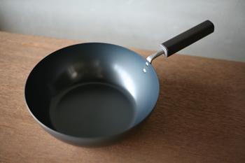 FD STYLEのフライパンは、鉄の錆びやすいという欠点を克服するために開発されたオキシナイト加工が施されていて、錆びに強く油馴染みが良い、空焚き不要のフライパンを実現。しかもガス火だけでなくIHにも対応しています。
