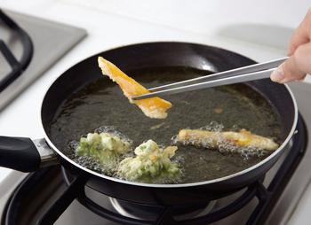 トングでありながら菜箸の要素を併せ持つ嬉しいアイテム。 揚げ物で大活躍すること間違いなしです!