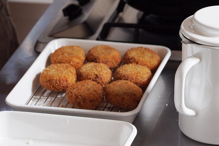 野田琺瑯のシンプルなホーローバットとバット網を組み合わせれば、揚げた食材の置き場所に。 ホーロー素材なので、オーブンでの使用も可能。グリル焼きやグラタン、パウンドケーキなどを焼いたりと、使い勝手の良さを実感できるアイテムです。 揚げ物の下ごしらえは勿論、揚がった揚げ物をこのまま食卓へ出してもお洒落にきまるのは、琺瑯ならではですね!