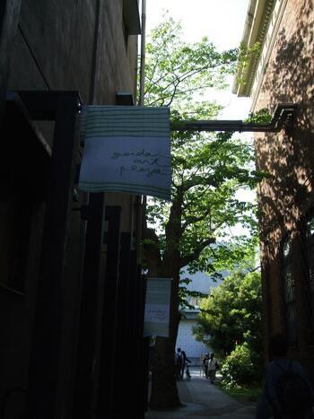 モデルコースには、先に紹介したお勧めの名所や立ち寄りスポットはもちろんのこと、コースから少し足を伸ばせば到達できる寄り道スポット、一休みするのにちょうど良い甘味処や喫茶店についても示してあります。  【ウエストサイドエリアのお勧め立ち寄りスポット「geidai art plaza」の屋外スペース。歴史ある建物や空間の雰囲気も魅力。】