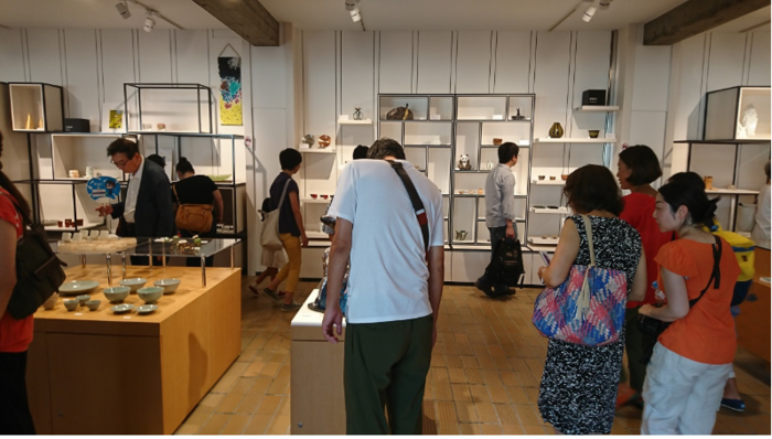 """2018年10月に誕生した「藝大アートプラザ」は、藝大の学生、教職員、卒業生の作品を展示するギャラリーです。 特徴的なのは、展示作品をその場で購入できること。学内から学外の世界へと開かれた藝大の""""出島""""的な場所です。無名の新人でも、気に入れば宝物です。世界に一つしかない自分の好みを見つけに立ち寄ってみましょう。  【絵画・彫刻・工芸など、様々な作品が並ぶ常設展示コーナー。1000円程度で購入できるものから、一点数十万円の作品まで様々。プラザ内には、藝大のオリジナルグッズや美術や音楽関連の専門図書、書籍も販売されている。】"""