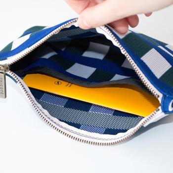 23.5×16.5cmで、カード類やメモ、文庫本も楽々入るサイズです。内側にはポケットが一つ付いていて、小物の仕切りに使えます。