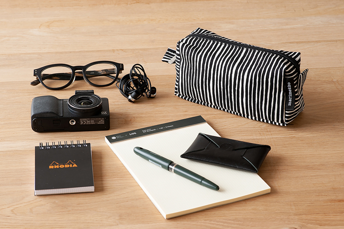 W19.5×H8.5×D7.5cmの長四角のサイズは、バッグの中にスッと入る細長い形が便利です。カメラやメガネなども入るから、旅行の荷物もスッキリとまとめられそう。
