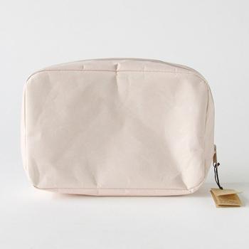 W23×D15×H7cmのポーチはナオロンという和紙を加工した素材で出来ています。柔らかく丈夫でしなやかな肌触りは革のような風合いです。