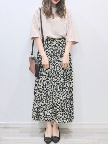 花柄アイテムを取り入れるならロングスカートで大人女子コーデに♩特に小花柄のロングスカートで脚長効果でスタイルもよく見えるのもポイントです!シンプルなワンピと重ねて裾からのチラ見せも上級者のおしゃれですよ♪