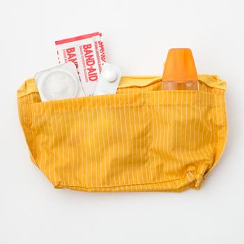 内側にはポケットがついていて、細かなアイテムの整理にも役立ちます。絆創膏や目薬など、いつも持ち歩きたいお薬を入れておくのにも便利そう。