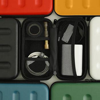 ポリカーボネート性のハードケースは衝撃に強くまるで小さなスーツケースのよう。Sサイズは W18.2×H9.0×D6.0で小さな電子機器の整理に丁度いい。